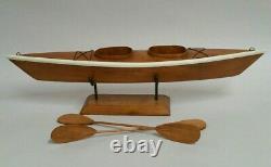 Bateau De Modèle Kayak En Bois De Bois De Cru Des Années 50 Avec Le Stand Et Les Rames Faits Main