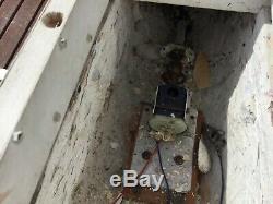 Modèle De Bateau. Navire Électrique Vintage D'avant Guerre, Coque En Bois Sculpté